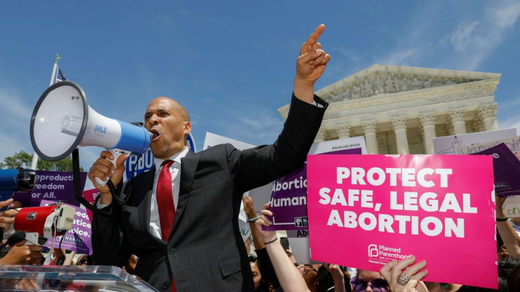 Cory Booker Vows to Create a White House Office for Reproductive Freedom (thedailybeast.com)