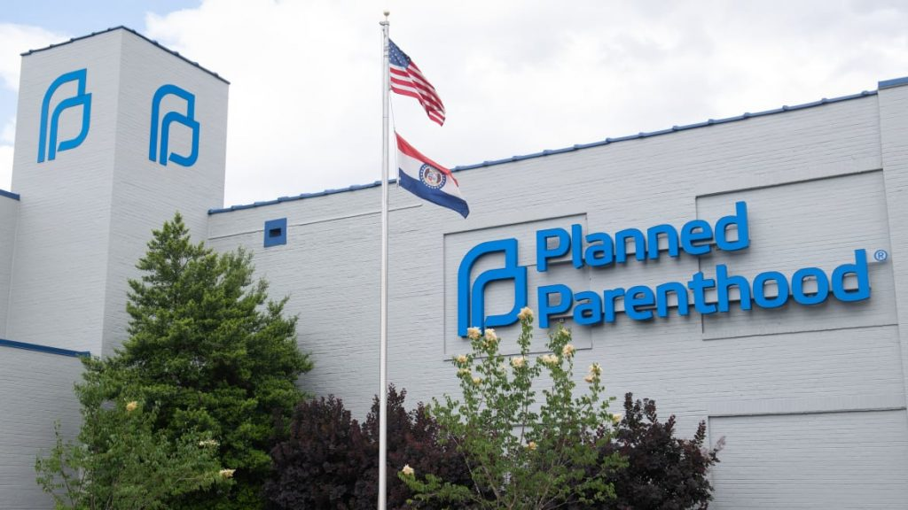 Planned Parenthood Ditches Federal Family-Planning Funds Over Abortion Gag Rule (thedailybeast.com)
