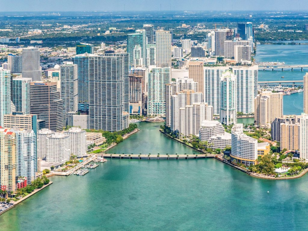 Miami's large expatriate population will help it become the cryptocurrency capital of the world, according to finance experts (markets.businessinsider.com)