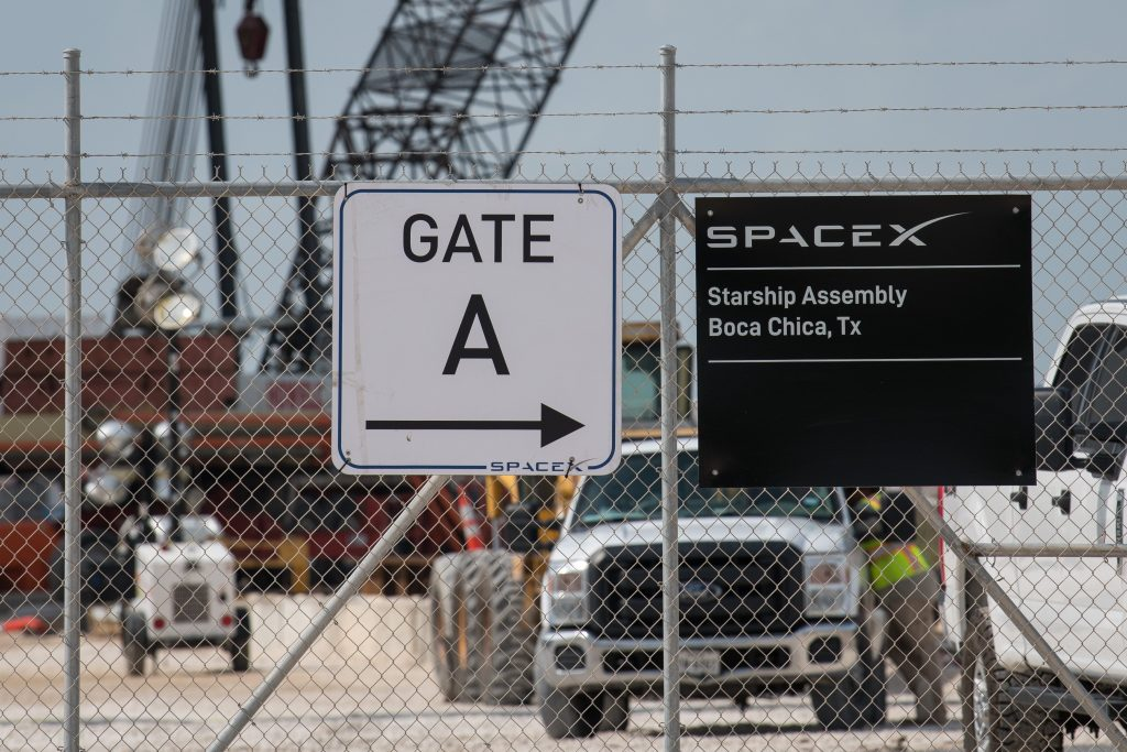 SpaceX threatened with arrests as local authorities in Texas warn it may have committed a crime by using private security guards to block public roads (businessinsider.com)