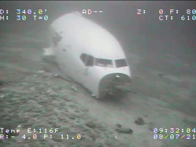 Eerie photos show the undersea wreck of a Boeing cargo plane that crashed off the coast of Hawaii (businessinsider.com)