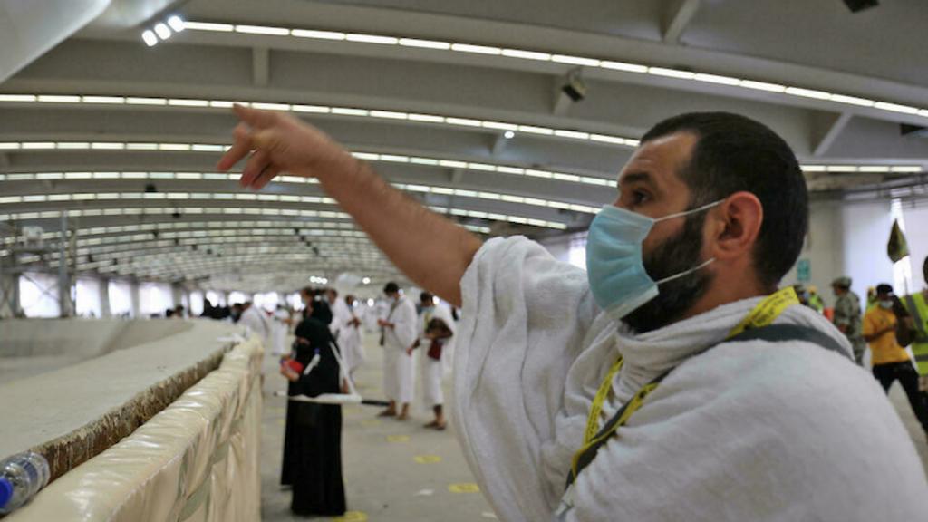 Pilgrims 'stone the devil' with sanitized pebbles in hajj ritual (rawstory.com)