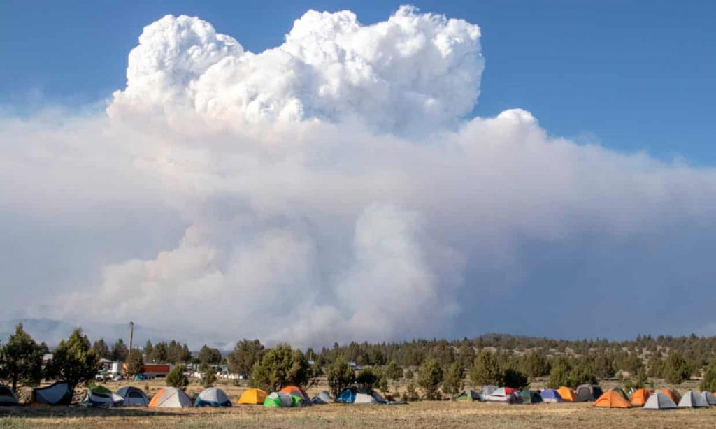 Oregon wildfire causes miles-high 'fire clouds' as flames grow (theguardian.com)