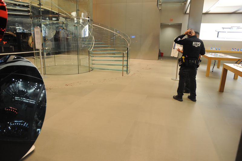 Man attacks, stabs Manhattan Apple store guard over COVID mask rule (nydailynews.com)